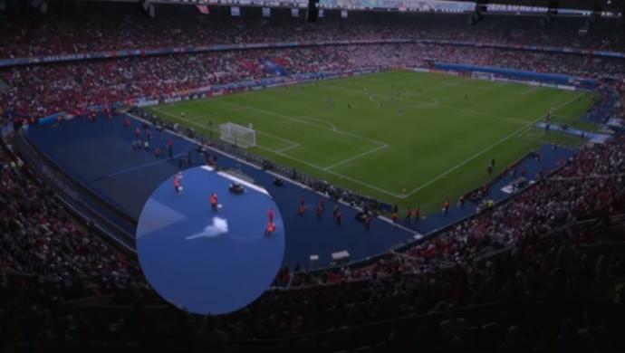 Bomba é arremessada durante a vitória da Croácia sobre a Turquia, no Parc des Princes (Foto: Reprodução SporTV)