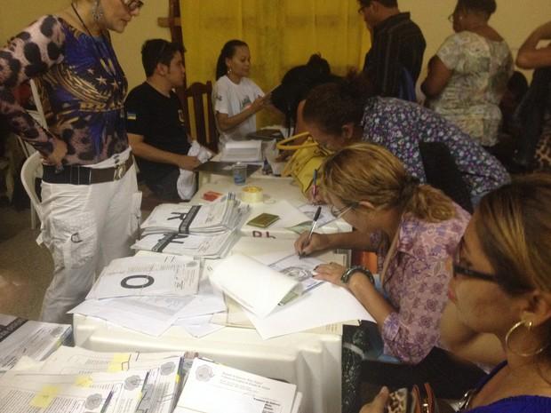 Moradores receberam títulos dos terrenos nesta terça-feira em escola municipal (Foto: Cassio Albuquerque/G1)