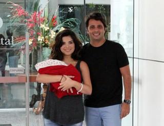 Vanessa Giácomo deixa maternidade com marido e a filha (Foto: Johnson Parraguez / Foto Rio News)