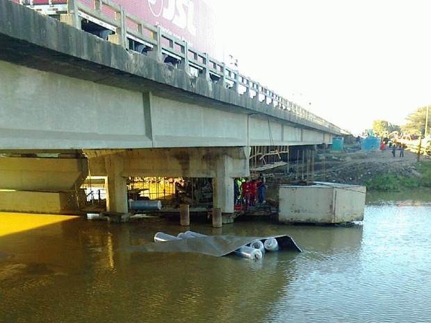 Caminhão caiu no rio Itajaí-Mirim nesta manhã  (Foto: Denise Félix/RBS TV)
