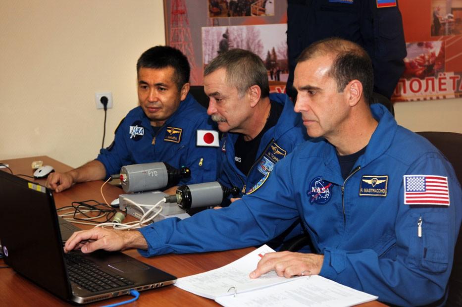 Da esquerda para a direita: o japonês Koichi Wakata, o russo Mikhail Tyurin e o norte-americano Rick Mastracchio (Foto: STR/AFP)