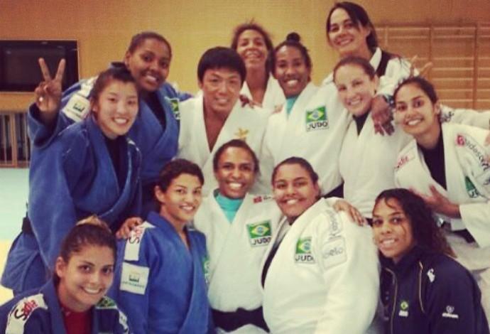 koga e meninas da seleção brasileira de judô no japão (Foto: Reprodução/Facebook)