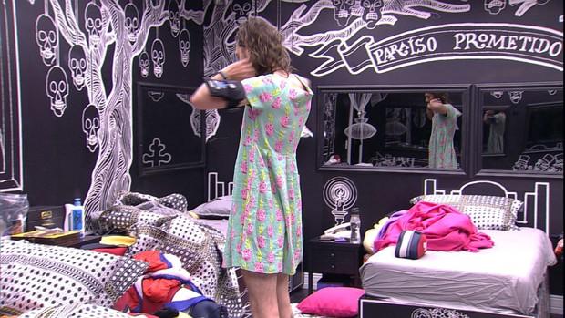 Pedro Falcão usando vestido no BBB 17 (Foto: Reprodução/Globo)