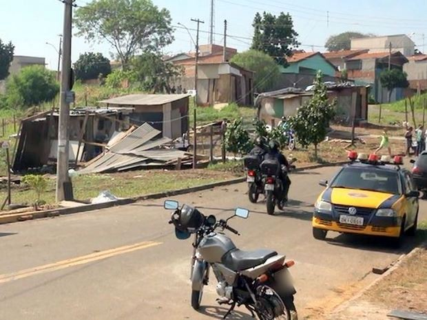 Barracos em área verde foram derrubados nesta quarta-feira (1) em Piracicaba (Foto: Edijam Del Santo/EPTV)