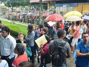 Em busca de emprego, paraibanos fazem fila em João Pessoa (Foto: Walter Paparazzo/G1)