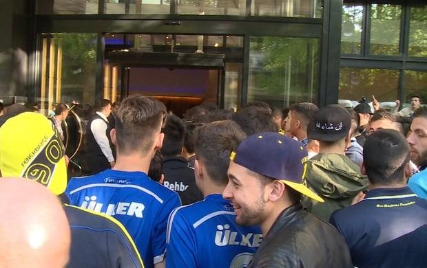 BLOG: Torcedores turcos fazem plantão por Alex em hotel oficial da UEFA em Berlim