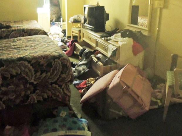 Adriana Bacelar encontrou o quarto todo revirado, malas, dinheiro e passaporte roubados (Foto: Arquivo pessoal/Adriana Bacelar)