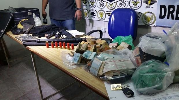 Entre o material encontrado com os suspeitos, havia cerca de R$ 50 mil (Foto: Derek Gustavo/G1)