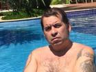 Com 32 quilos a menos, Leandro Hassum posa sem camisa em piscina