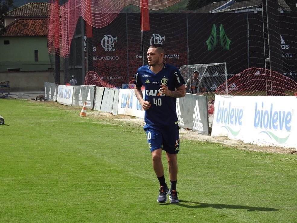Thiago Santos aparece no campo (Foto: Fred Gomes)