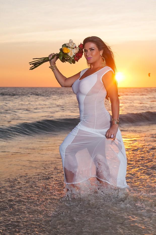 Solange Gomes na praia (Foto: Anderson Barros / EGO)
