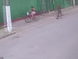 Garota foi vista andando de bicicleta (Foto: Reprodução)