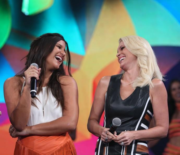 Giulia Costa e Flávia Alessandra caem na risada (Foto: Carol Caminha / Gshow)