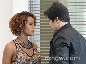 A repórter fica mexida com o charme de Jonas, mas ela resiste (Foto: Geração Brasil/TV Globo)