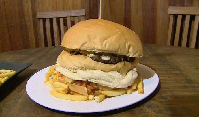 Homem come lanche de 1,5 quilo em 23 minutos (Foto: Reprodução / TV Diário )
