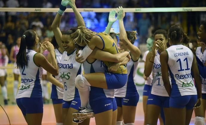 Fabi comemora classificação do Rio contra Osasco (Foto: Andre Durão)