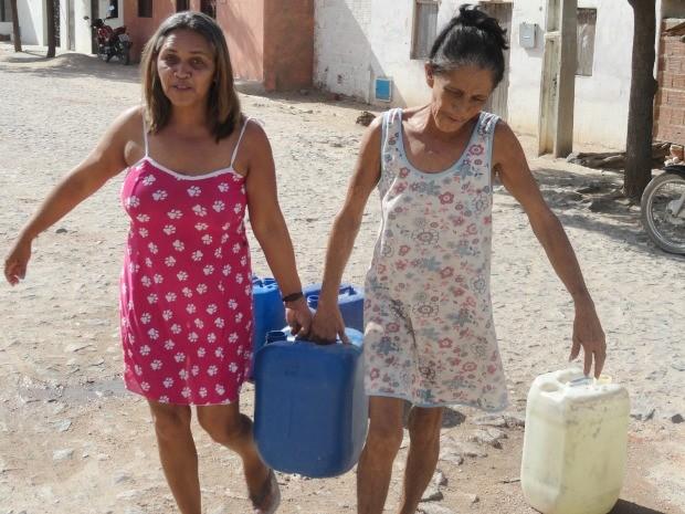 """Raimunda Rodrigues e a mãe Francisca Rodrigues carregam 15 baldes por semana: """"coluna dói"""" (Foto: André Teixeira/G1)"""