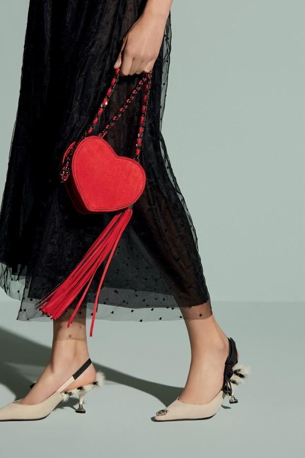 Bolsa (R$ 1.861) e sapatos (R$ 1.860), ambos da nova linha Love Deeply, de Andrea Bogosian (Foto: Nicole Fialdini e Divulgação )