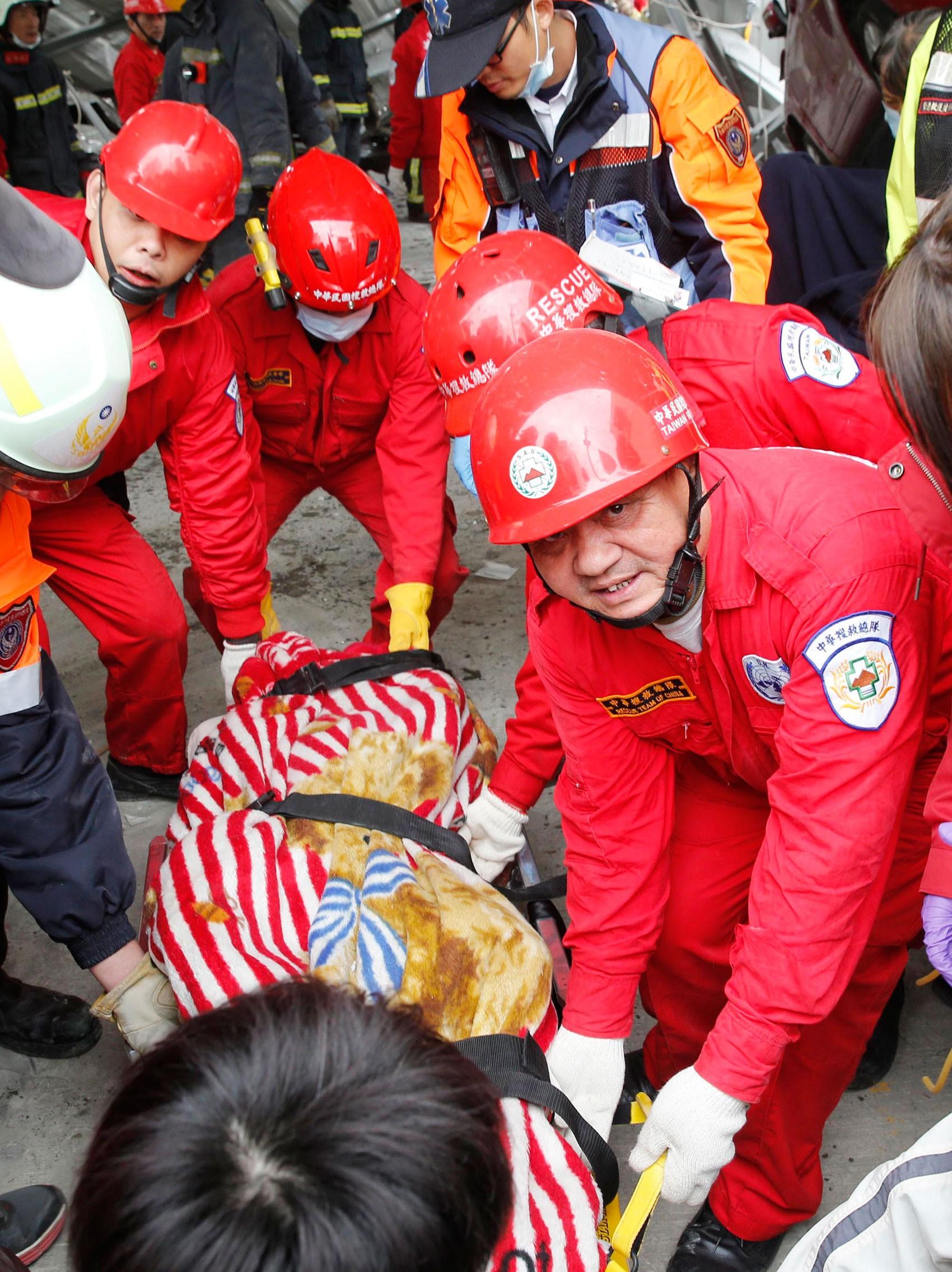 Socorristas retiram vítima de escombros em Taiwan (Foto: Ap)