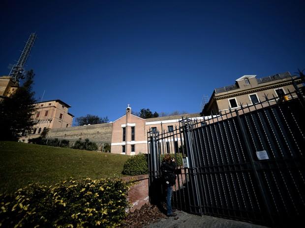 Foi João Paulo II que, em 1994, ordenou a construção para as freiras de uma pequena capela junto ao edifício principal. No mosteiro 'Mater Ecclesiae' se sucederam durante períodos de 5 anos clarissas, carmelitas e beneditinas (Foto: Filippo Monteforte/AFP)