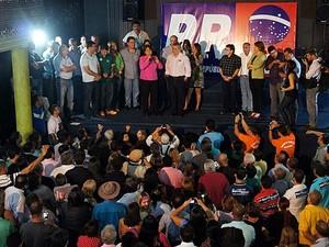 A deputada distrital Eliana Pedrosa (PPS), de rosa, é anunciada como vice do ex-governador José Roberto Arruda (PR) (Foto: Ricardo Moreira/G1)
