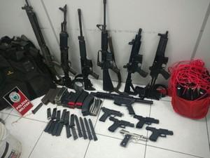 Armas de grande porte e munições foram apreendidas pela ação (Foto: Capitã Luciana Firme/Polícia Militar)
