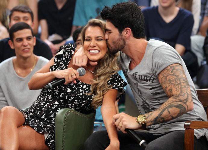 Rodrigão agarra a esposa Adriana durante o Altas Horas (Foto: Carol Caminha/Gshow)