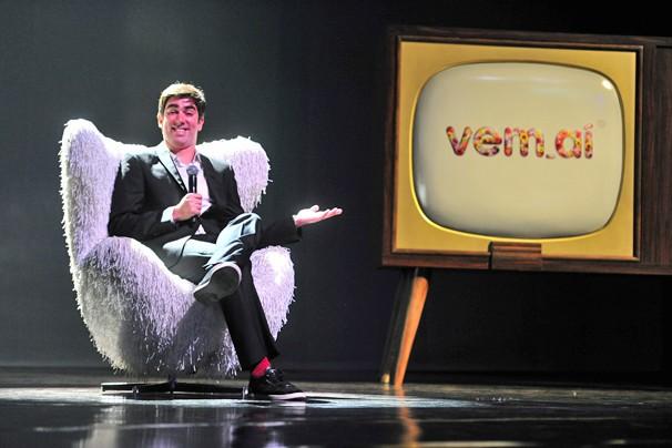 Marcelo Adnet, de O Dentista Mascarado, declara seu amor às novelas da Globo (Foto: Zé Paulo Cardeal/Globo)