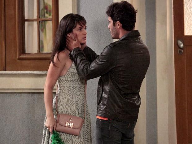 Que humilhação! Zenon diz poucas e boas para Carolina (Foto: Guerra dos Sexos / TV Globo)