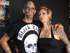 Musquito trabalha como tatuador há sete anos e curte desenhar o corpo desde os 13 (Foto: Fabio Rodrigues/G1)