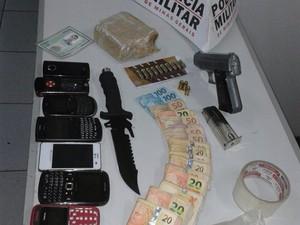 Droga, arma e dinheiro aprendido com jovem em Divinopolis (Foto: Polícia Militar/ Divulgação)