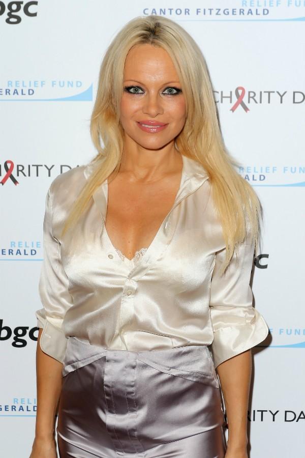 Pamela Anderson fez sucesso nos anos 90 com seus seios grandes (Foto: Getty Images)