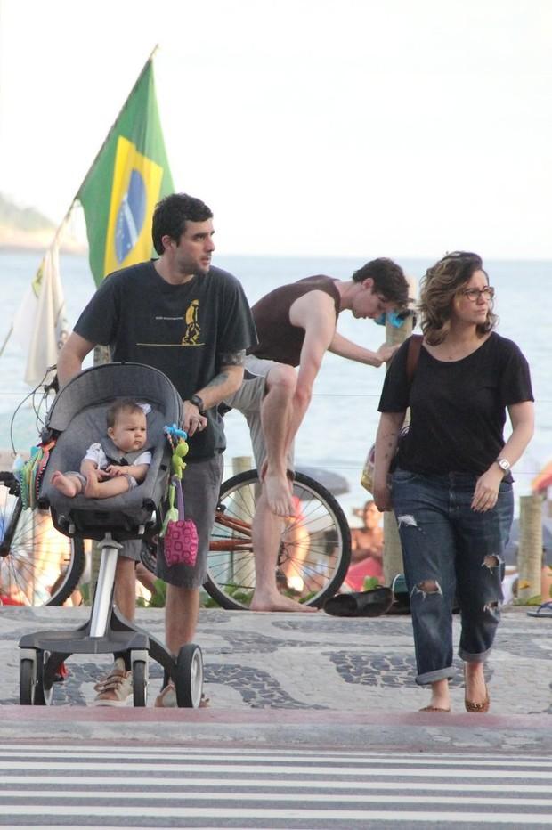 Maria Rita com a família na orla (Foto: Rodrigo dos Anjos / AgNews)