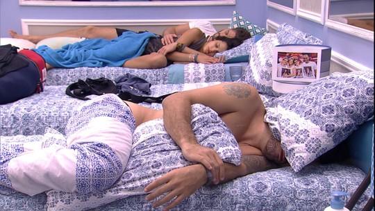 Ilmar, Emilly e Marcos descansam no Quarto Azul