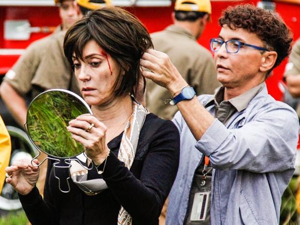 Christiane Torloni confere cabelo e maquiagem antes da gravação (Foto: Raphael Dias/Gshow)