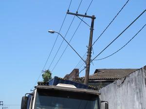 Caminhão bate em poste de luz e causa transtornos em Santos, SP (Foto: Jéssica Bitencourt / G1)