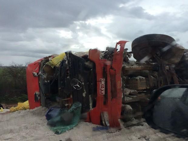 Os motoristas das duas carretas morrem após a colisão (Foto: Edivaldo Braga / blogbraga)