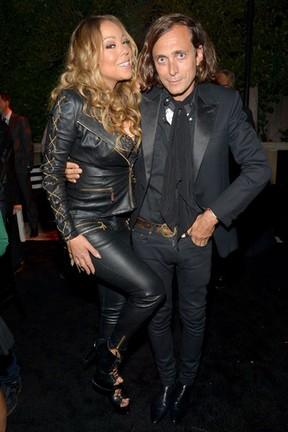 Mariah Carey e o estilista Hedi Slimane em evento em Los Angeles, nos Estados Unidos (Foto: Charley Gallay/ Getty Images/ AFP)