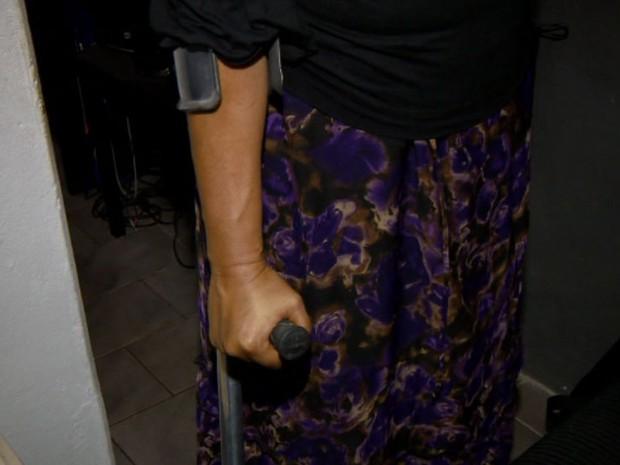 Rogéria Barboza está com a prótese gasta e precisa trocar para se locomover (Foto: Reprodução/EPTV)