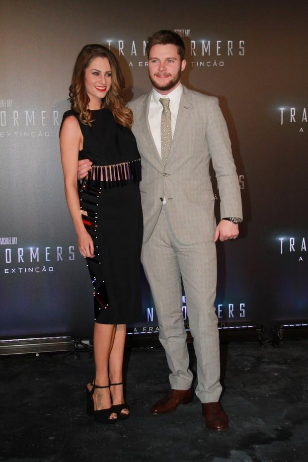 Jack Reynor e a namorada, Madeline Mulqueen, na pré-estreia de Transformers (Foto: Graça Paes / Foto Rio News)