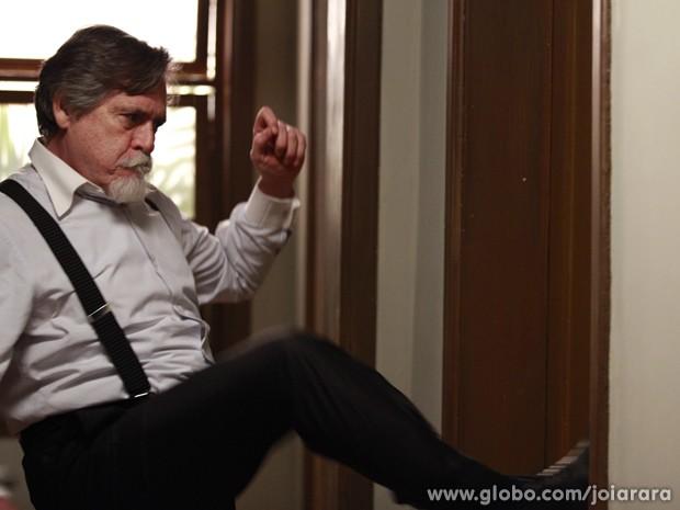 Ernest ameaça chamar a polícia (Foto: Ellen Soares/TV Globo)