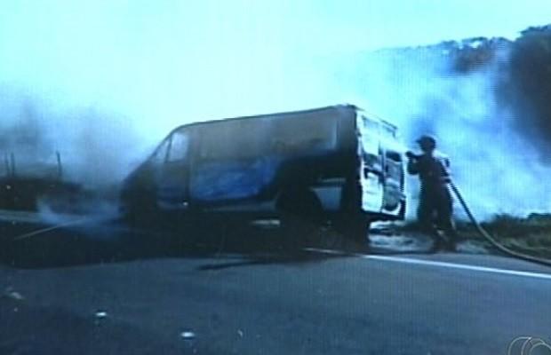 Van com 15 passageiros pega fogo em rodovia de Catalão, Goiás; assista 2 (Foto: Reprodução/TV Anhanguera)