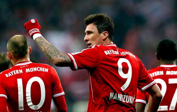 Mario Mandzukic comemoração Bayern de Munique e Schalke (Foto: Reuters)