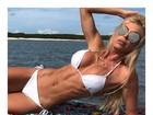 Caroline Bittencourt usa biquininho e posa sorridente na praia