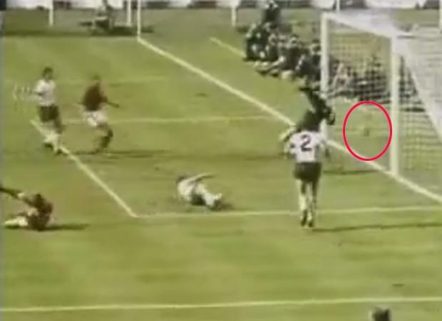 Até hoje, alemães consideram que terceiro gol inglês não entrou (Foto: Reprodução/YouTube)