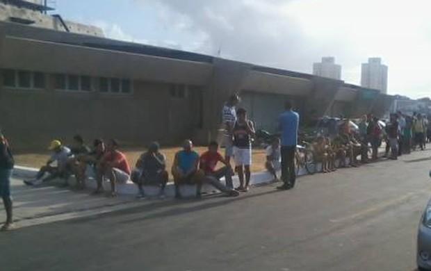 Torcida do Sampaio faz fila no Castelão para ingresso comprar ingresso de meia-entrada para jogo contra Macaé (Foto: Netto Boliviano / Divulgação)
