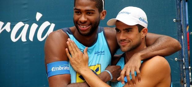 Evandro e Vitor Felipe, na etapa pernambucana do Circuito Brasileiro de vôlei de praia (Foto: Paulo Franck/CBV)