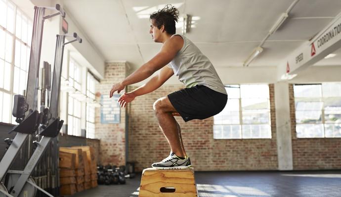 Homem fazendo salto na caixa crossfit euatleta (Foto: Getty Images)