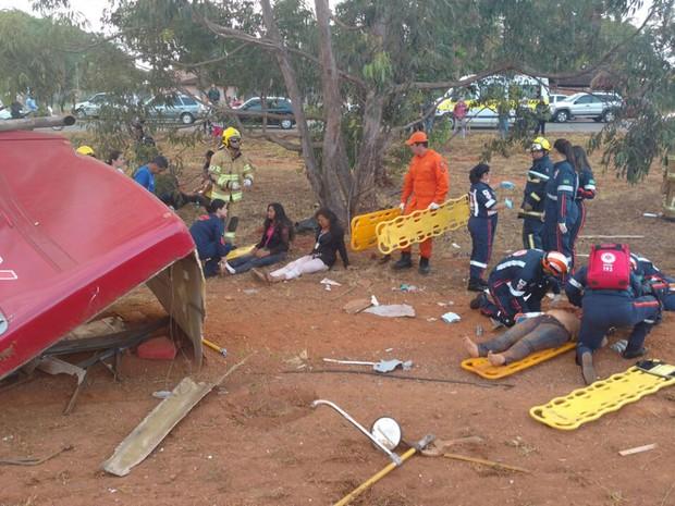 Passageiros são atendidos por bombeiros e profissionais do Samu após ônibus tombar na DF-003 (Epia) na manhã deste domingo (14); veículo vinha do Pedregal (GO) e transportava cerca de 50 pessoas (Foto: Corpo de Bombeiros DF/Divulgação)