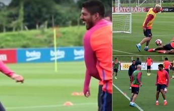 """BLOG: Messi dá caneta e deixa Luis Suárez no chão em """"dia normal no escritório"""""""